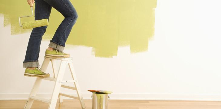 Как выбрать краску для стен, обоев