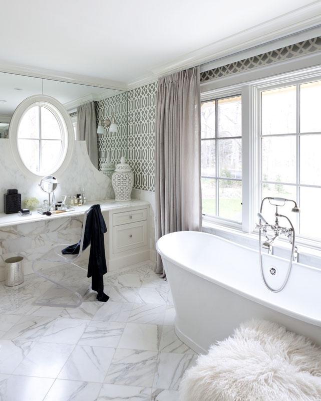 10_benjamin_moore_интерьер_с_отдельно_стоящей_ванной